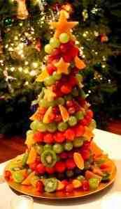 Елочка с ягодами и кусочками фруктов