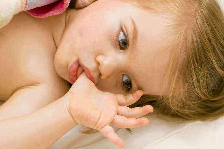 Почему дети сосут свою руку 68