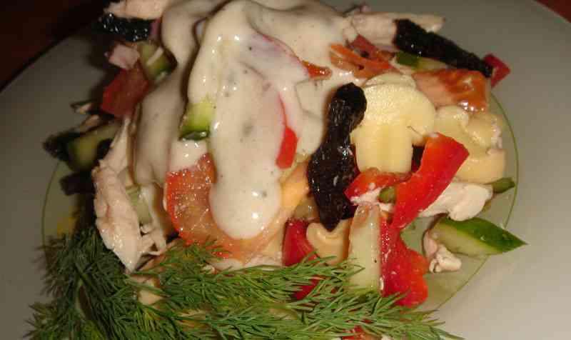 салат фаворит с черносливом