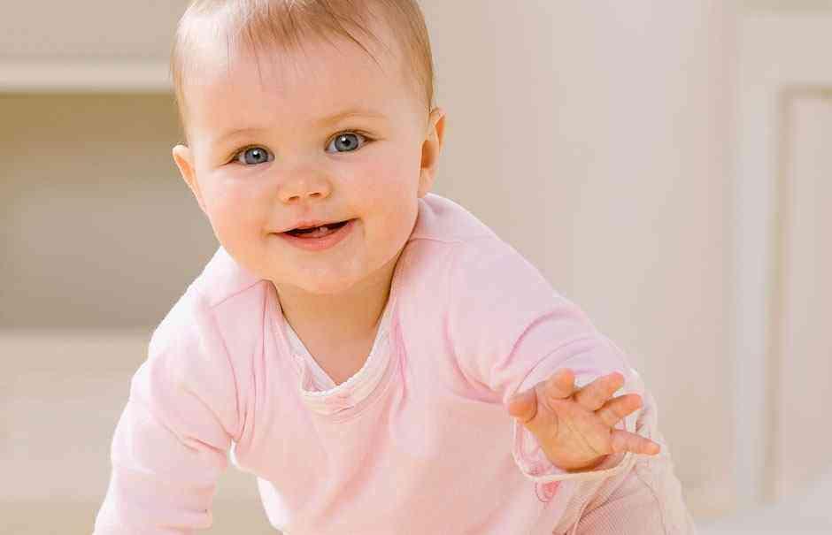 Развитие девочки в восемь месяцев