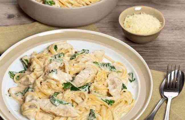 Спагетти с курицей и соусом
